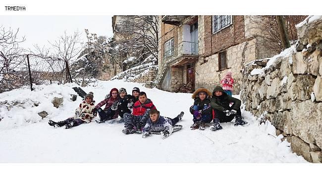 Mahalle arasında çocukların renkli kayak keyfi
