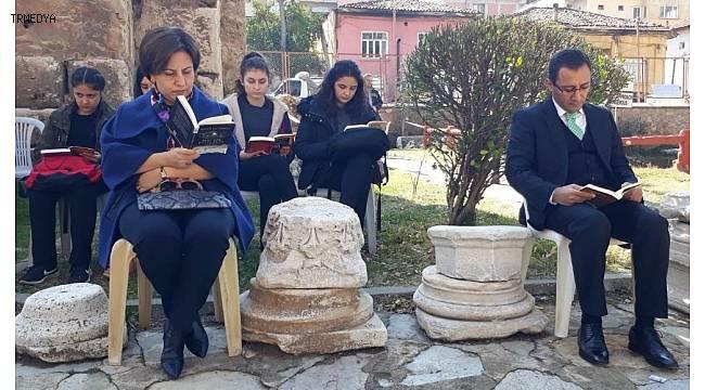 Tarihi kilisede okuma etkinliği