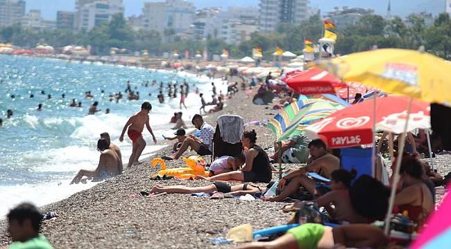 Antalya'da sahillerinde sosyal mesafe ve maskesiz görüntüler