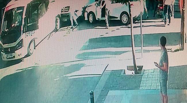 Ambulans minibüs ve otomobile çarptı: 1 yaralı