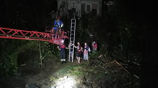 Rize'de taşan dere suları nedeniyle evlerinde mahsur kalan aileyi AFAD ekipleri kurtardı