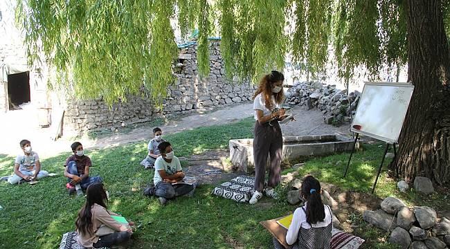 Köy köy gezip okulundan uzak kalan öğrencilere ders anlatıyorlar