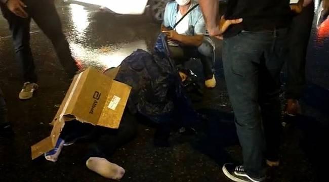 Kaza yapan motosikletliyi kartonla yağmurdan korudular