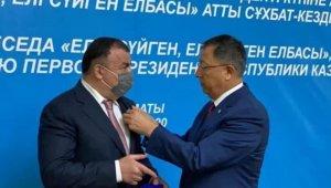 Başkan Kassanov'a milli birliğe destek madalyası
