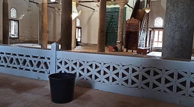 """700 yıllık camide, yağmura karşı """"kovalı çözüm"""""""