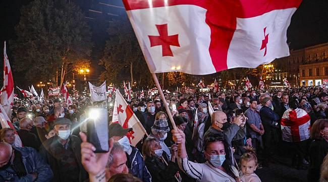 Gürcistan'da eski Cumhurbaşkanı Saakaşvili için binlerce kişi sokağa indi